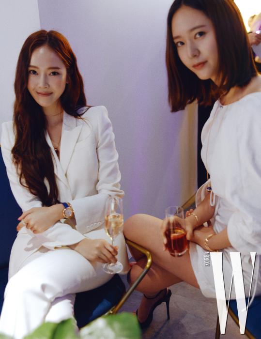 지난달 〈더블유〉의 커버걸 제시카와 크리스탈 자매가 드레스코드였던 화이트 룩에 포제션 컬렉션의 주얼리와 시계를 매치했다.