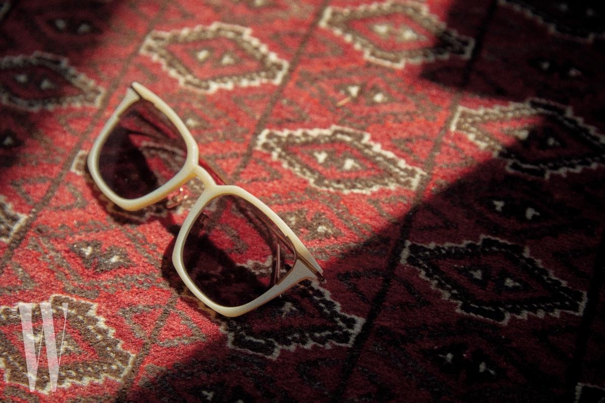 아이보리색  프레임의 선글라스는  프로젝트 프로덕트 제품. 21만5천원.