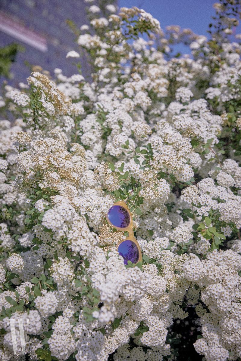 프레임과 렌즈의 조합이 경쾌한 선글라스는 뮤지크 제품. 22만5천원.