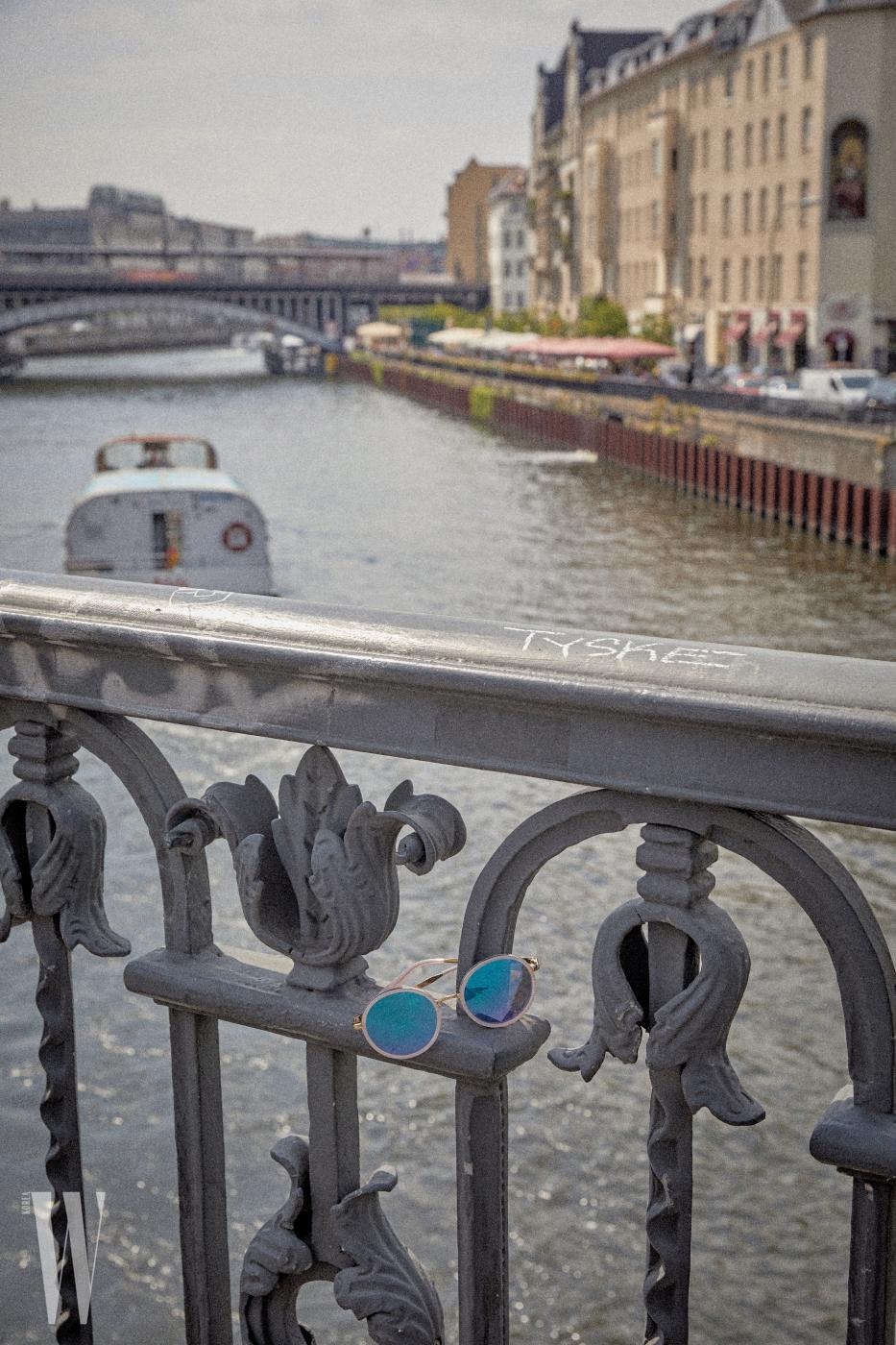 청량한 푸른색 렌즈가 멋진선글라스는 에디 하디by 룩옵티스 제품. 28만5천원.