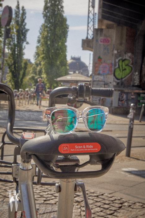 투명 프레임과  푸른색 렌즈의 조합이  시원한 선글라스는 뮤지크 제품. 22만5천원.
