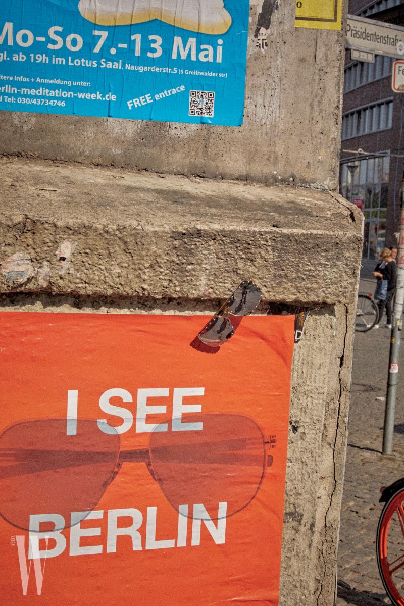 남성적인 느낌을 주는  사각 프레임 선글라스는 루이 비통 제품. 85만원.