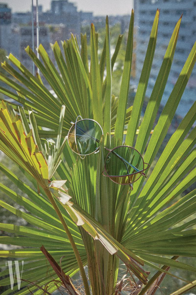 행성 모양의 선글라스는 스테판 크리스티앙 제품. 36만원.