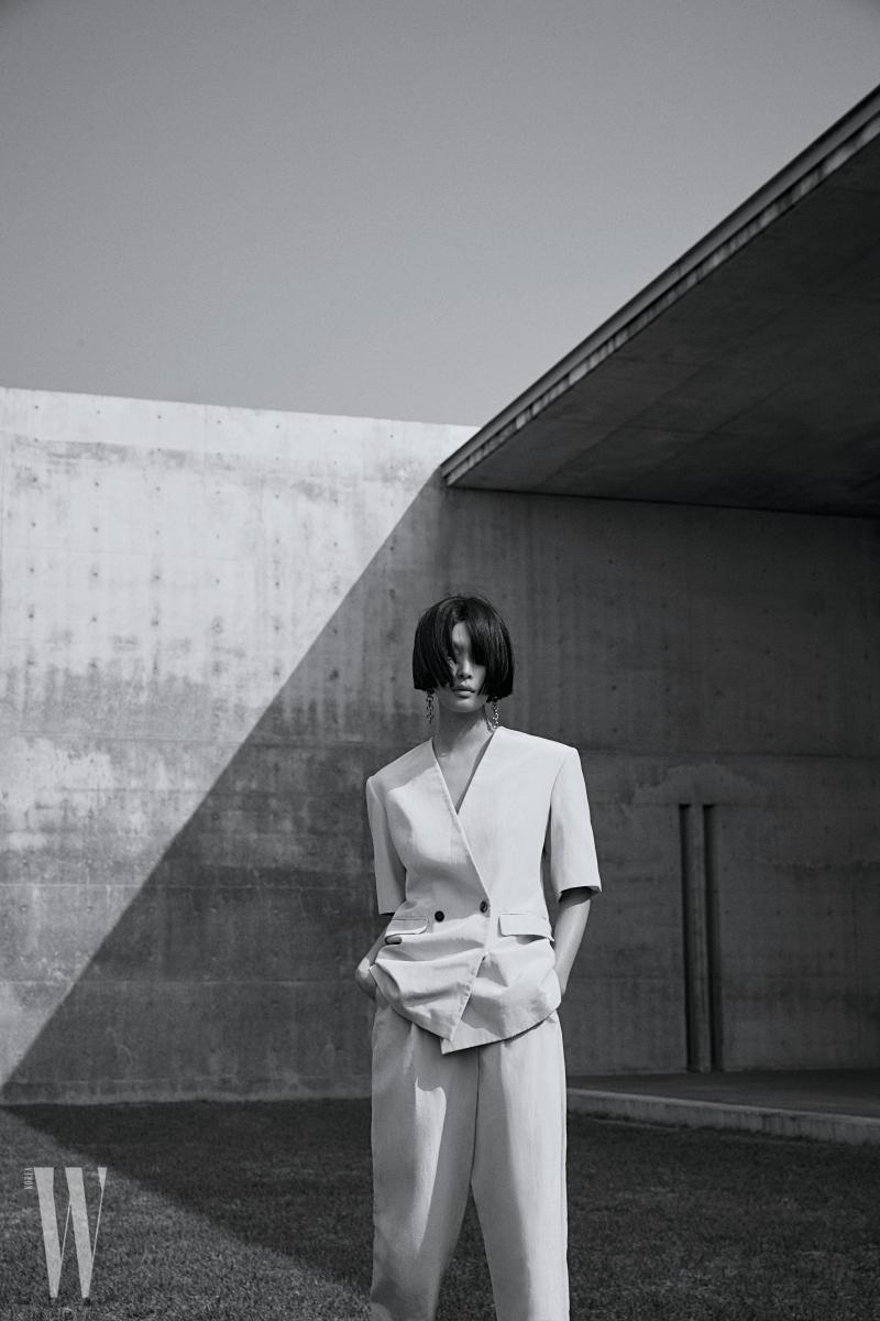 슈트는 Stella McCartney, 귀고리는 Laura Lombardi by Net-a-Porter 제품.