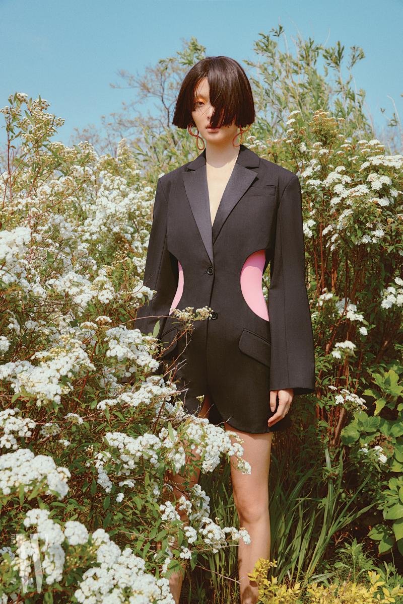 재킷은 Nina Ricci, 핑크 수영복은 Cos, 귀고리는 Balenciaga 제품.