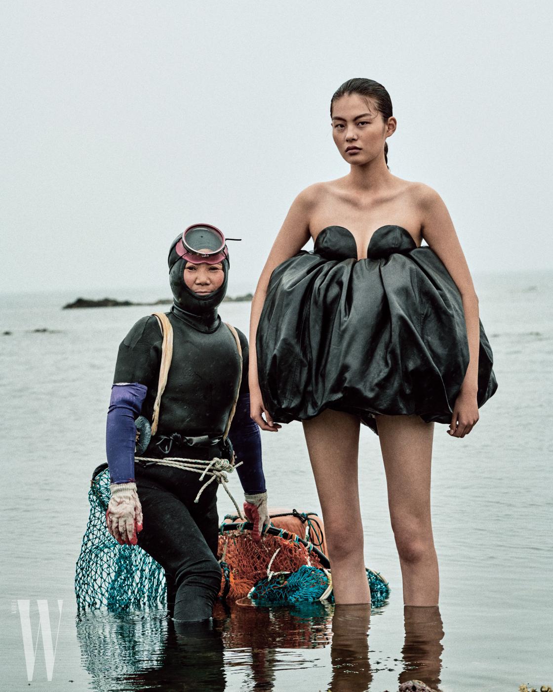 천예슬이 입은 검은색 가죽 드레스는 Saint Laurent by Anthony Vaccarello 제품.