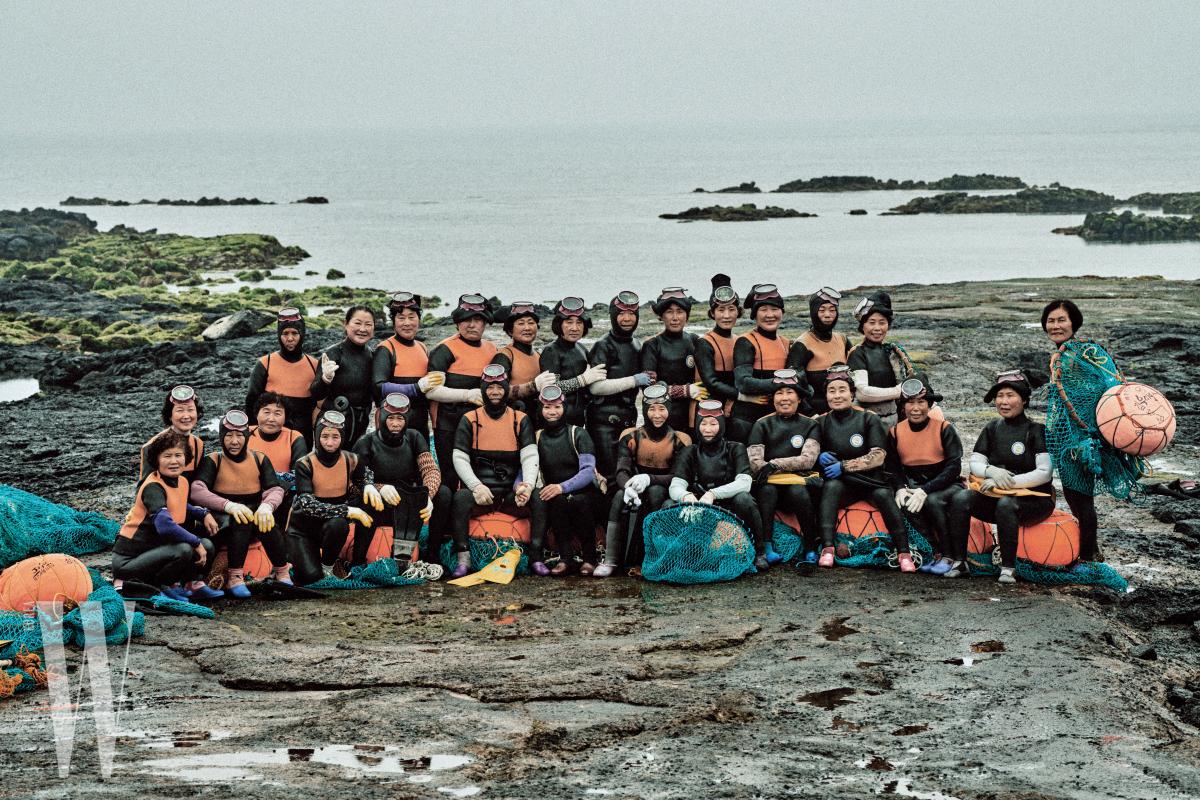 제주도 우도, 조일리 해녀들의 단체 사진. 우리는 이 사진을 그들에게 선물하려고 한다.