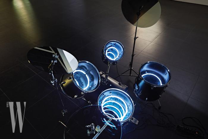 전시 오프닝 때 작가는 실제 연주가 가능한 이 드럼 작품으로 퍼포먼스도 했다.