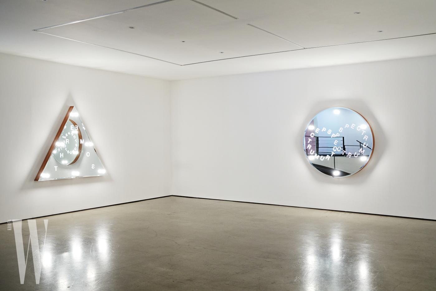 신작인 'Vanity' 연작 앞에 서면 거울에 관객의 모습이 비치고 관객 역시 작품의 일부가 된다.