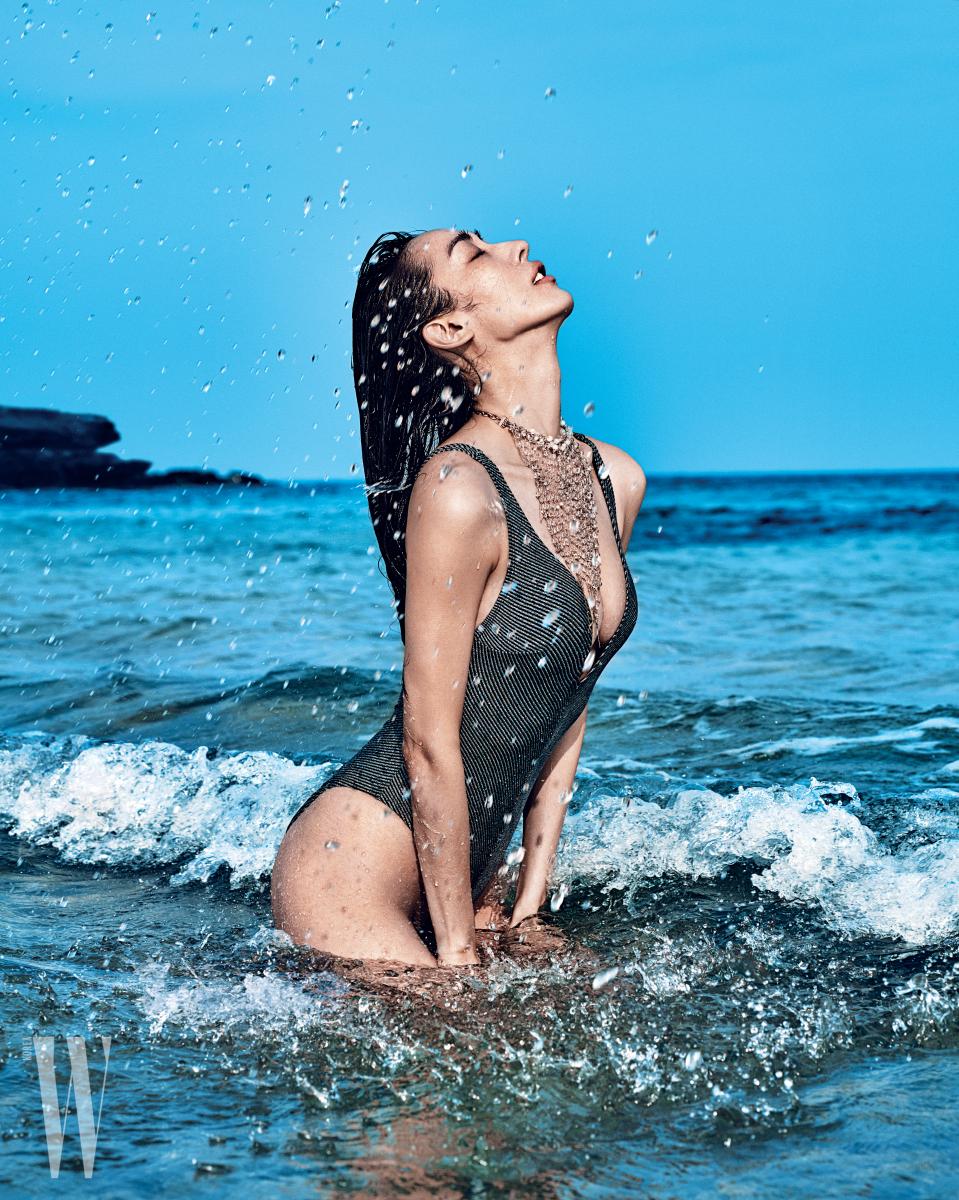 클리비지 라인이 깊게 파인 원피스 수영복과 네크리스는 앤아더스토리즈 제품.