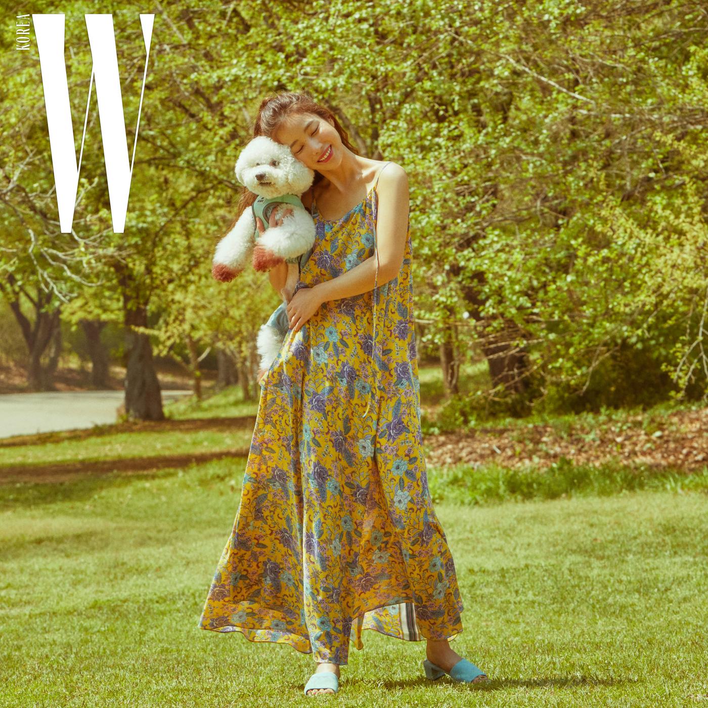 프린트 슬립 드레스 49만9천원, 슈즈 19만9천원 모두 질 스튜어트 제품.