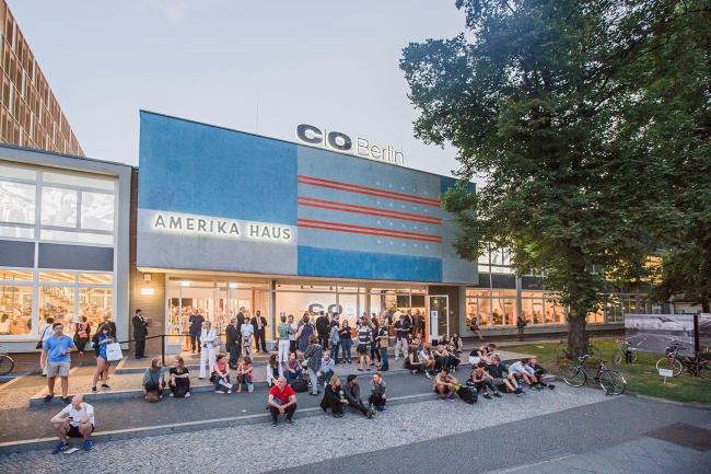 09_CO Berlin_Amerika Haus_Außenansicht_Vorplatz mit Publikum_DvB