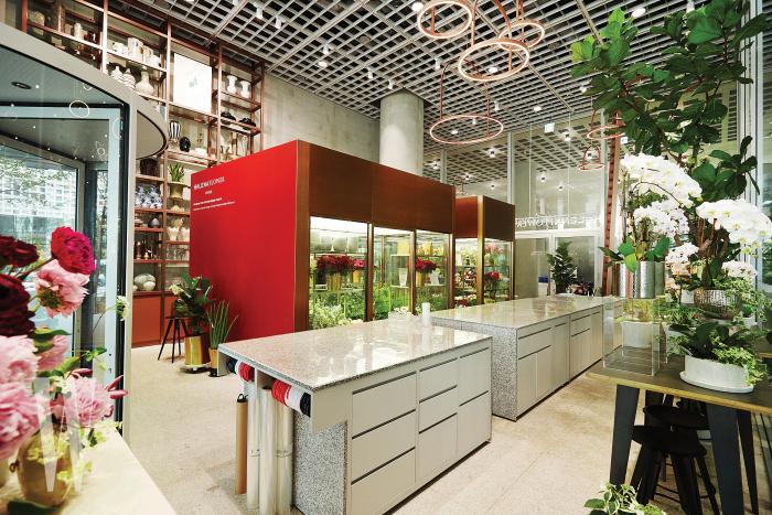 꽃을 보관하는 대형 냉장 시설과 넓은 대리석 테이블을 보유한 헬레나 플라워 내부 공간.