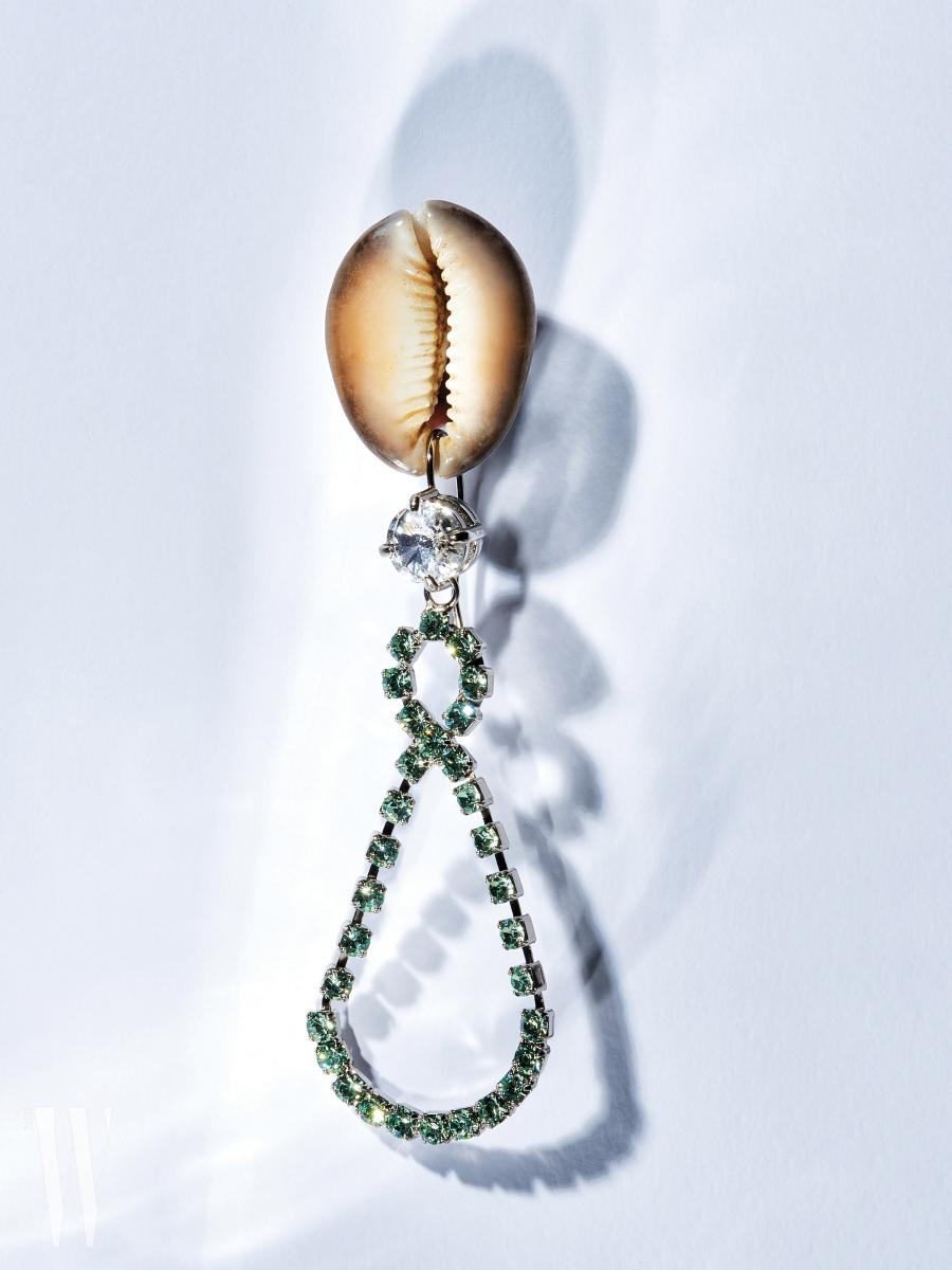초록색 크리스털을 뫼비우스 띠처럼 이은 귀고리는 미우미우 제품. 37만원.