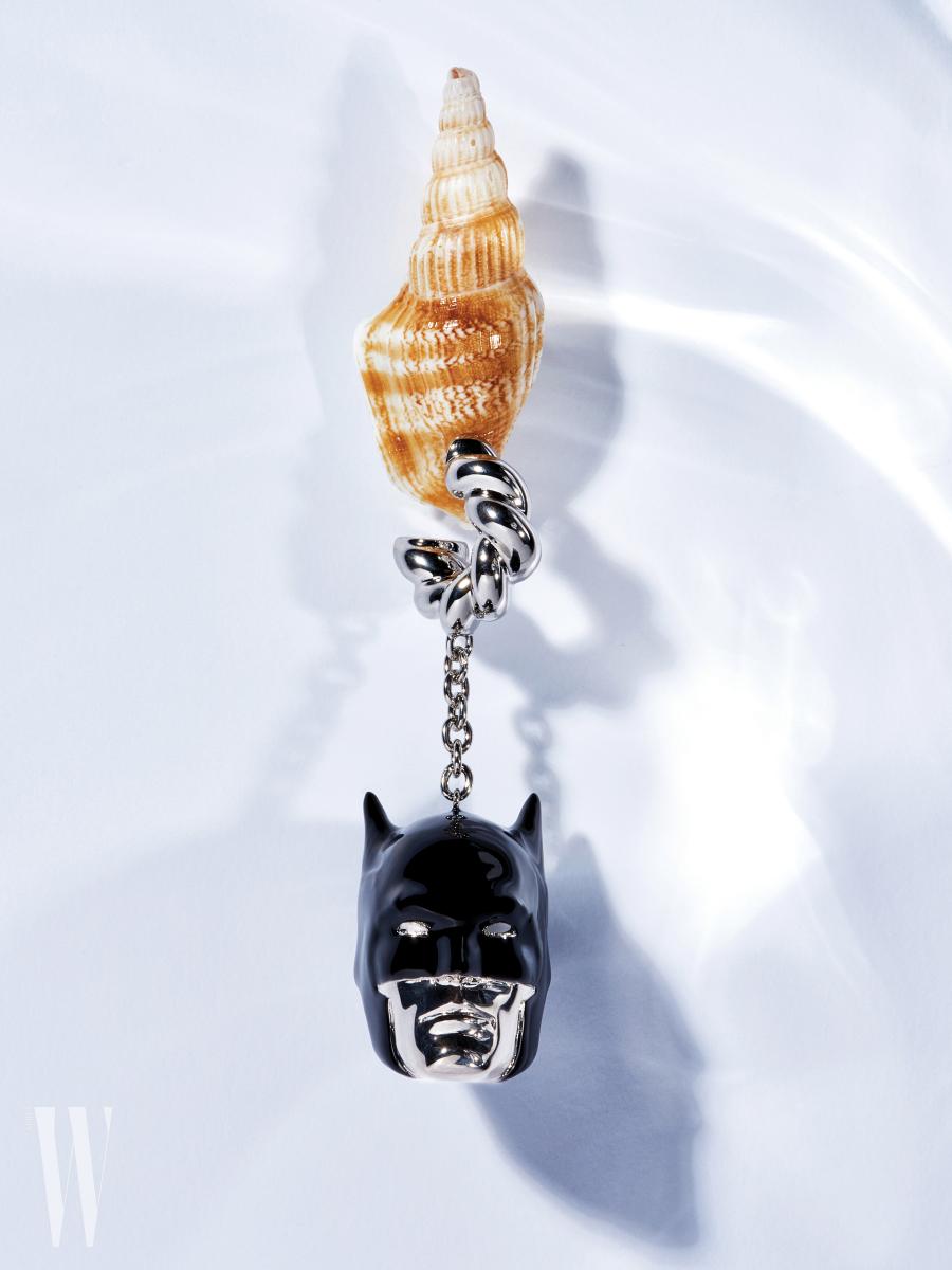배트맨 얼굴 펜던트 귀고리는 발렌시아가 제품. 가격 미정.