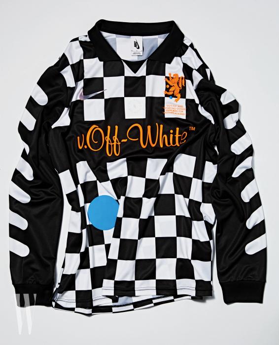 도트 무늬가 포인트로 들어간 체커보드 패턴의 축구 유니폼은 오프화이트와 협업한 나이키 '풋볼 몽 아모르 컬렉션' 제품. 가격 미정.