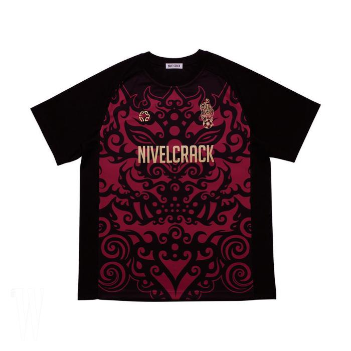 그라피티 아티스트 조대( Jodae)와 협업한 '붉은 악마 ' 의 상장인 치우천왕 모티프 티셔츠는 니벨크랙 제품. 9 만 9천원.
