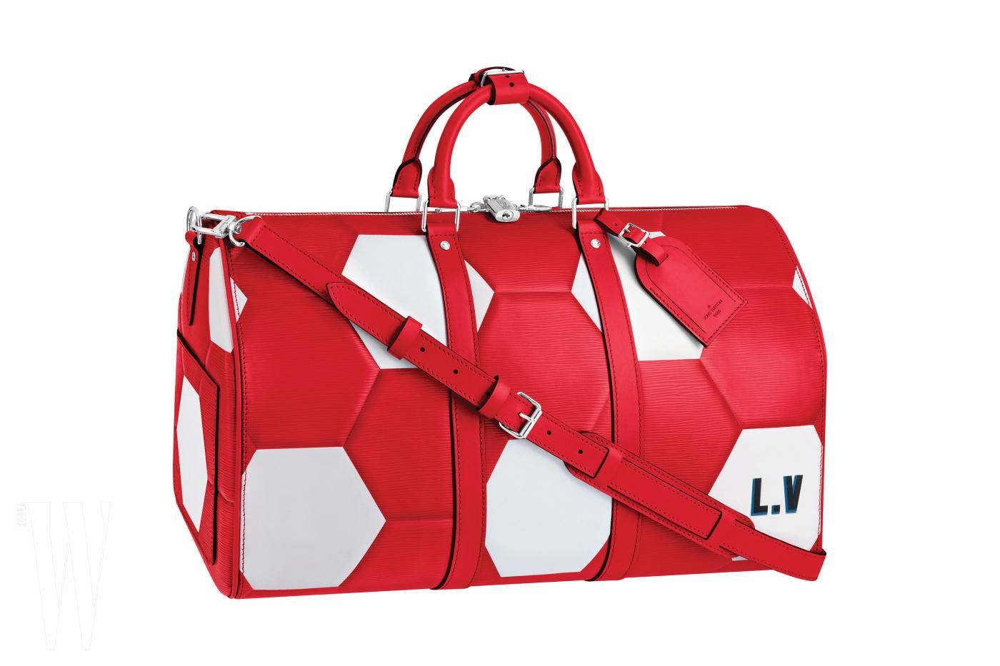 1970년 월드컵 공인구에서 영감을 얻어 축구공 패턴으로 제작한 이번 러시아 월드컵 에디션 여행 가방은 루이 비통 제품. 5백만원대.