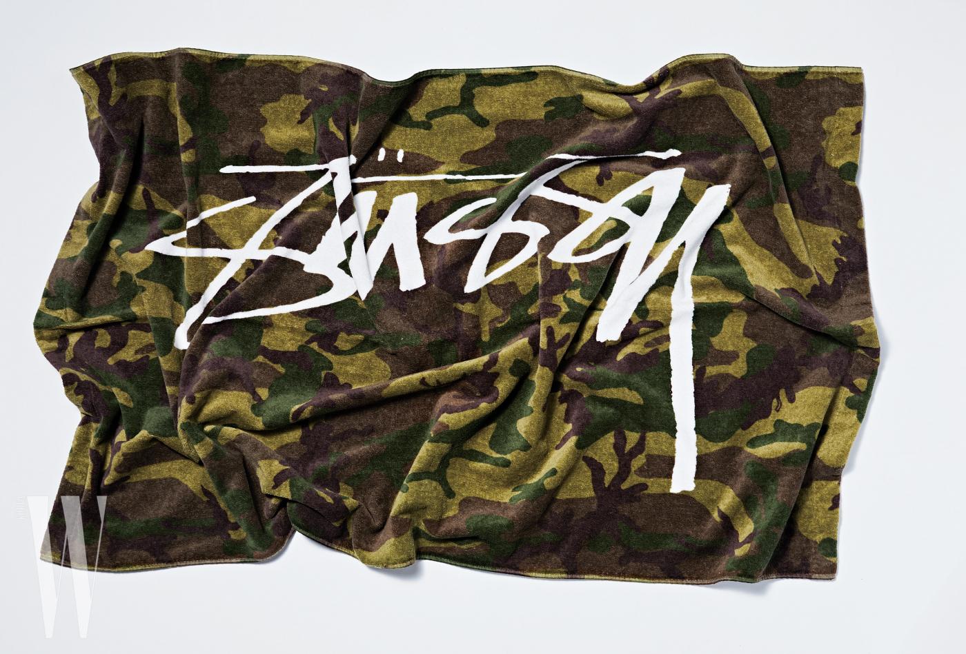 카무플라주 무늬의 비치타월은 스투시 제품. 9만 9천원.