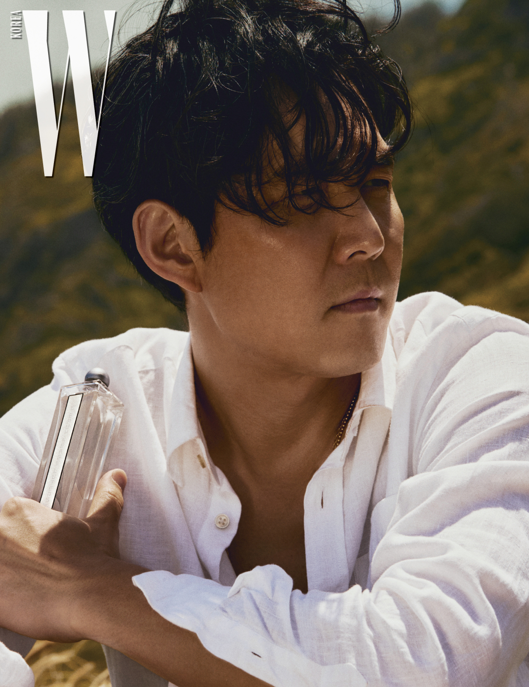 물을 닮은 듯 투명한 Serge Lutens 로 세르주 루텐, 더운 여름날을 청명하게 만들어줄 맑은 느낌의 향수는 햇볕에 바짝 말린 하얀 셔츠와 막 샤워를 마치고 나온 직후의 상쾌함을 연상시킨다. 셔츠는 Vilebrequin 제품.