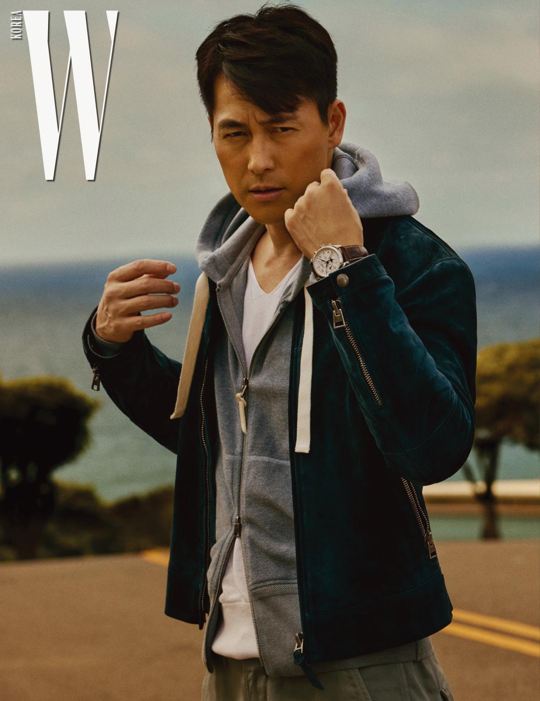 오토매틱 시계로 아라비아 숫자 인덱스와 섬세한 파란색 스틸 핸즈가 인상적인 '마스터 컬렉션' 시계는 Longines 제품. 스웨이드 재킷, 후드 재킷, 티셔츠, 팬츠는 모두 Tom Ford 제품.