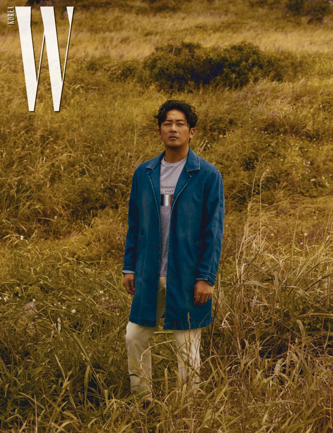 트렌치 재킷, 티셔츠, 팬츠는 모두 Breuer 제품