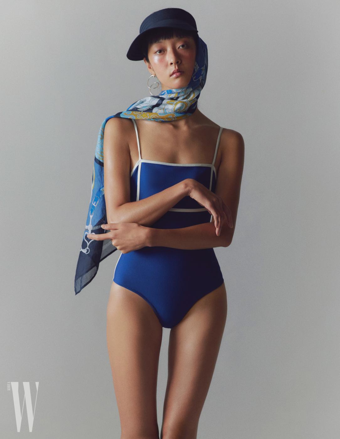 스카프가 달린 모자는 에르메스 제품. 가격 미정. 파란 수영복은 데이즈 데이즈 제품. 13만9천원. 귀고리는 14만원.