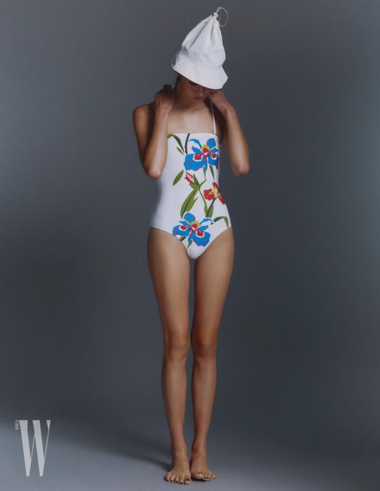 모자는 할로미늄 제품. 5만원. 꽃무늬 수영복은 토리 버치 제품. 31만8천원.