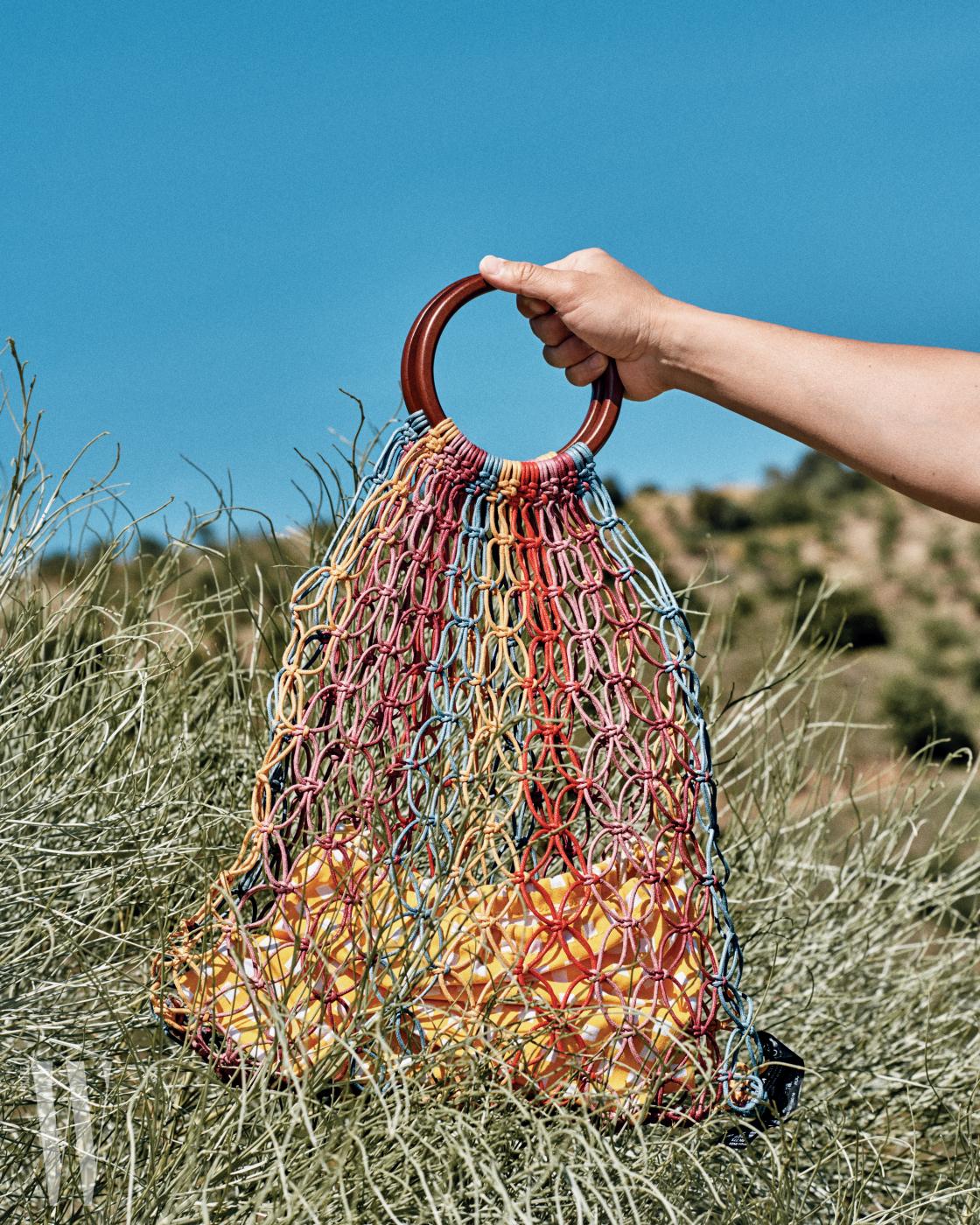 나무 손잡이의 그물 백은 자라 제품. 5만9천원.
