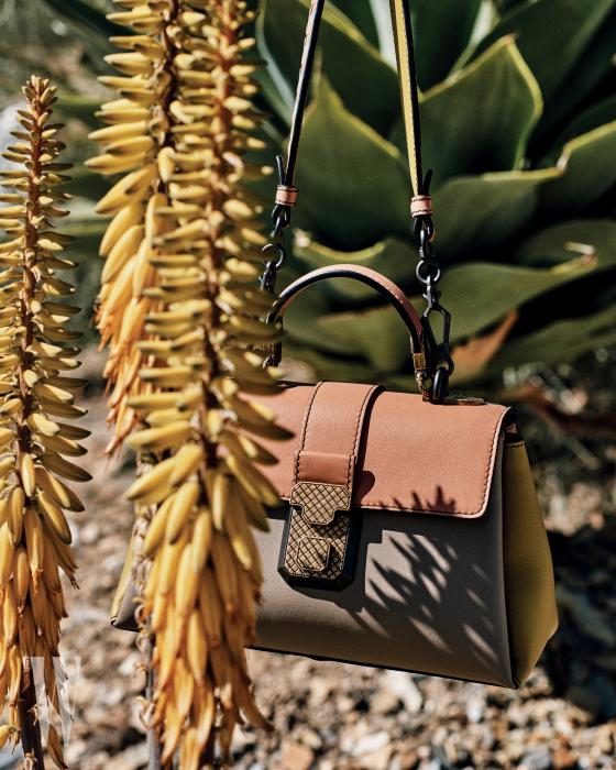 금속 잠금장치의 미니 피아짜 백은 보테가 베네타 제품. 3백21만5천원.