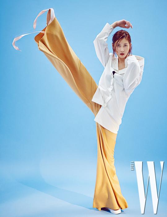 흰색 셔츠와 연노랑 팬츠는 코스, 발레 슈즈처럼 끈이 달린 슈즈는 반스 제품.