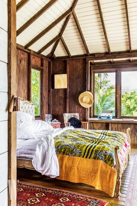 밥 말리의 노래 가사에 영감을 받아 '사랑의 오두막'이라는 콘셉트를 부여한 이스트 윈드 코브의 객실.