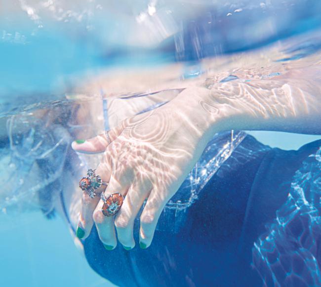 자연스러운 날염 무늬가 돋보이는 푸른색 수영복은 샤넬 제품. 70만원대. 손가락에 낀 입체적인 반지는 보테가 베네타 제품. 60만원대.