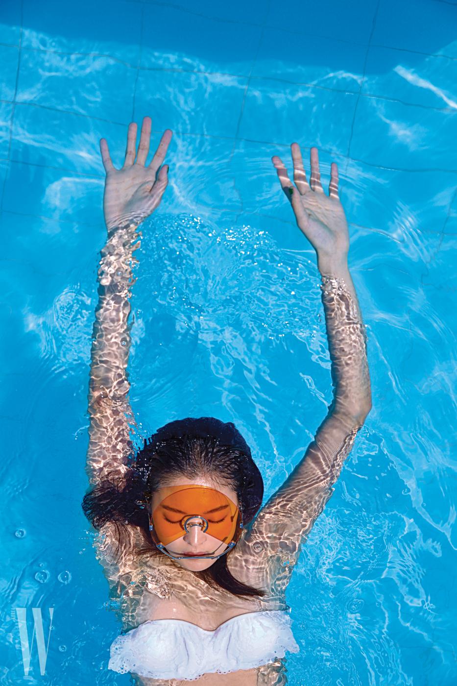 CD를 연상시키는 독특한 형태의 선글라스는 젠틀몬스터 제품. 가격 미정. 새하얀 아일릿 장식 수영복은 H&M 제품. 3만원대.