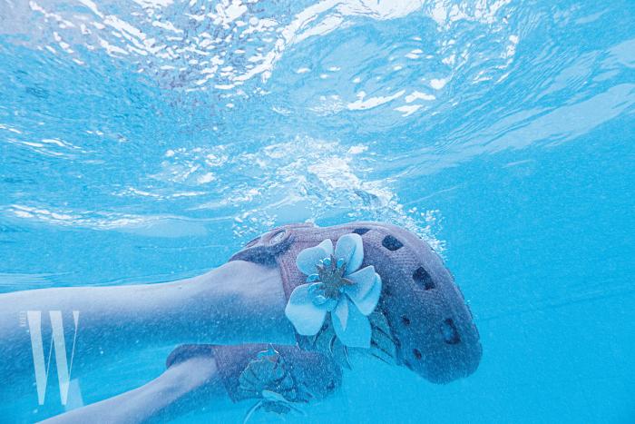 입체적인 꽃을 장식한 크로그는 크록스 제품. 5만원대.