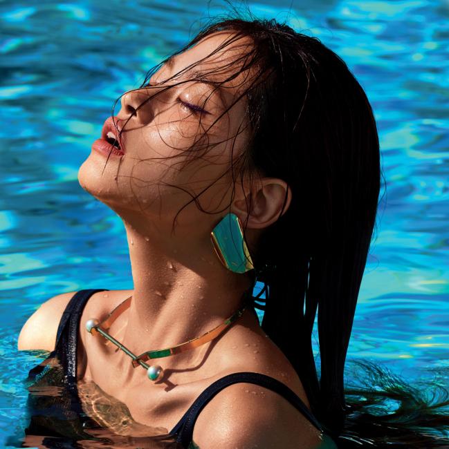 검정 시스루 수영복은 캘빈 클라인, 골드 컬러의 귀고리와 목걸이는 스타일리스트 소장품.
