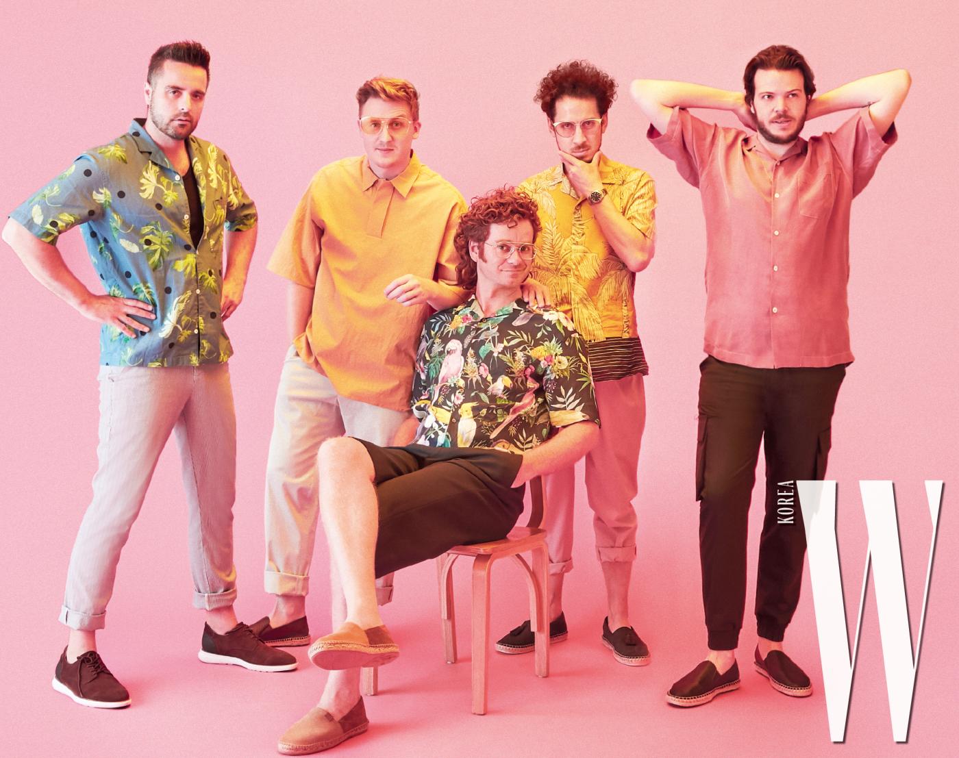 테리(Terry)가 입은 화려한 패턴의 하늘색 셔츠는 커스텀멜로우, 팬츠는 자라맨, 브라운 신발은 마시모두띠 제품. 크리스(Chris)가 입은 노란색 톱과 팬츠는 코스, 노란 틴티드 선글라스는 키블리, 여름 느낌이 나는 브라운 신발은 마시모두띠 제품. 데이브(Dave)가 입은 화려한 새 프린트의 셔츠는 커스텀멜로우, 블랙 팬츠는 코스, 브라운 신발은 마시모두띠 제품. 앤디(Andy)가 입은 야자수 프린트의 노란색 셔츠와 분홍색 팬츠는 자라, 남색 신발은 마시모두띠 제품. 캐머런(Cameron)이 입은 분홍색 셔츠는 커스텀멜로우, 검정 팬츠는 준지, 검정 신발은 마시모두띠 제품.