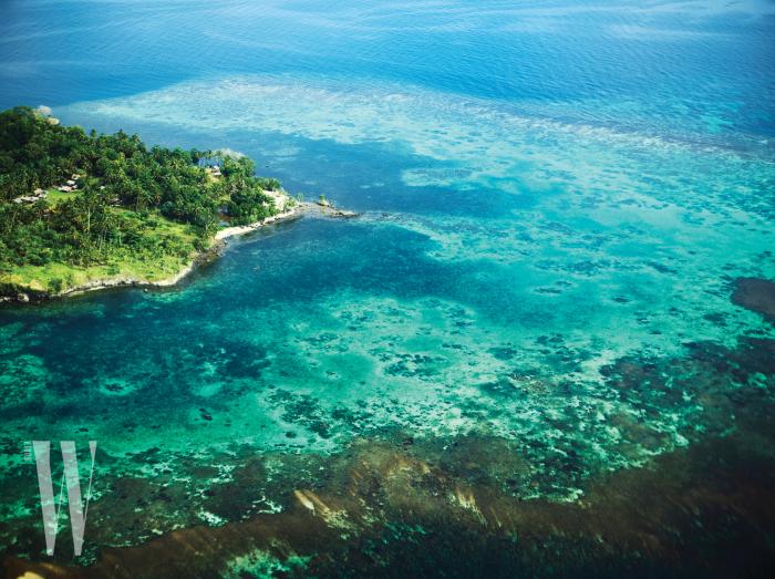 맑고 투명한 코럴해의 해안선을 따라 살짝 보이는 곳은 오로(Oro) 프로방스.