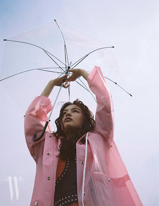 빨간 레이스 원피스와 스터드가 박힌 가죽 하니스는 알렉산더 매퀸, 핑크색 우비는 프로엔자 스쿨러 제품.