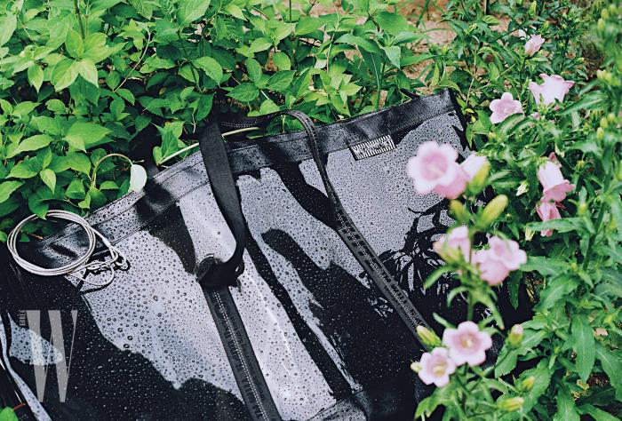 거대한 크기의 검은색 PVC 소재 백은 오프화이트 제품.