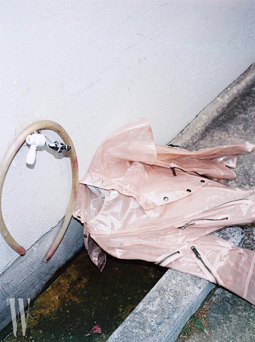 PVC 소재 바이커 재킷은 발렌티노 제품.