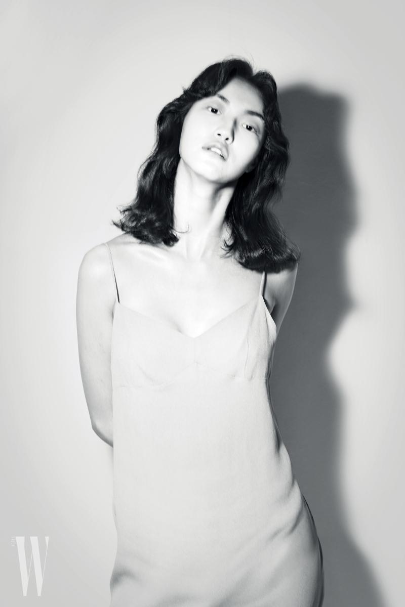 실크 소재의 미니멀한 슬립 드레스는 드리스 반 노튼 제품.