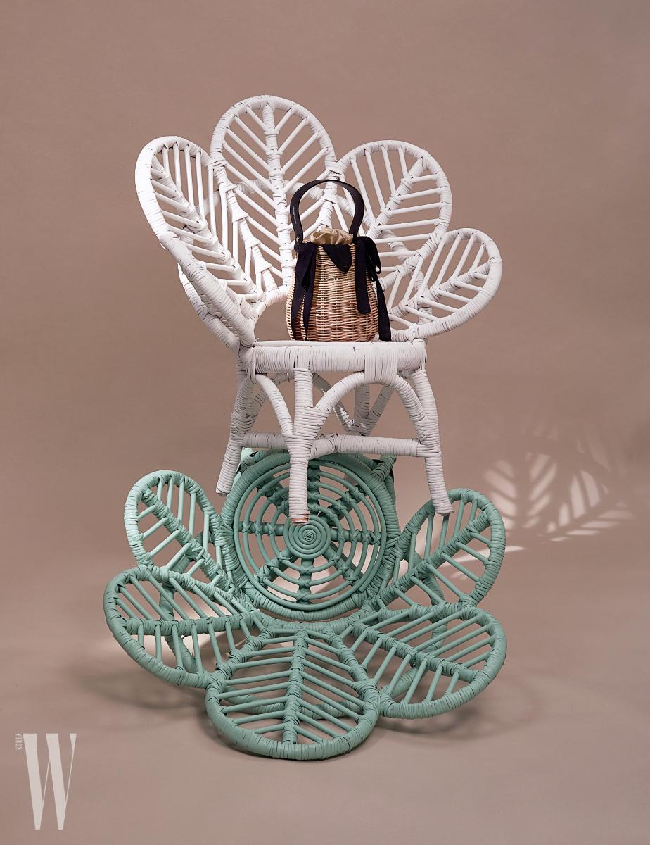로맨틱한프렌치무드의바구니가방은에반스제품. 8만5천원. 의자는모두소프트퍼레이드제품. 가격미정.