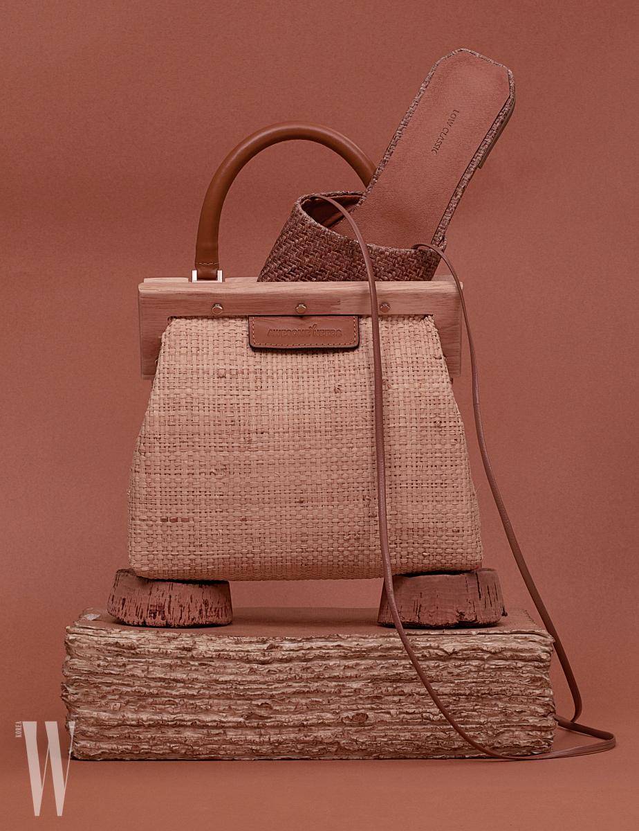 클래식한 디자인의 라피아 소재 가방은 어썸니즈 제품. 23만8천원. 샌들은 로우클래식 제품. 29만8천원. 코르크와 빈티지 책은 페르마타 제품. 가격 미정.