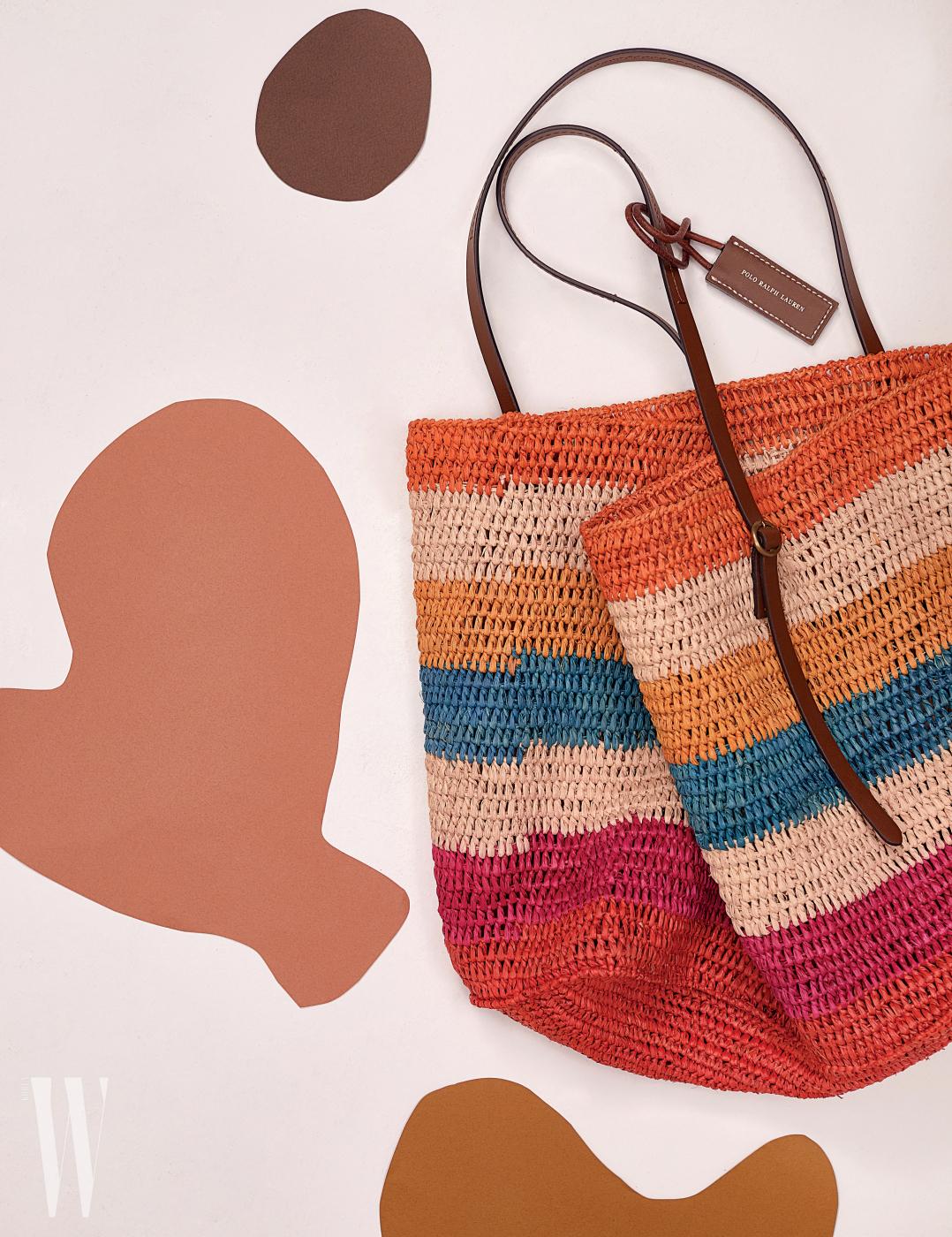 무지개가 연상되는 라피아 소재의 멀티 컬러 가방은 폴로 by 랄프 로렌 제품. 30만원대.