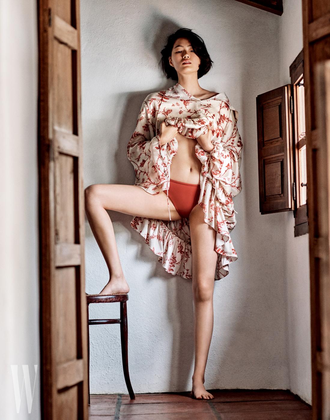 프린트 실크 드레스는 Mulberry, 비키니 하의는 Wander Lust 제품.