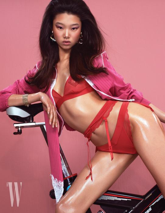 속옷과 귀고리는 H&M, 레이스를 장식한 스포티한 재킷은 Valentino 제품.