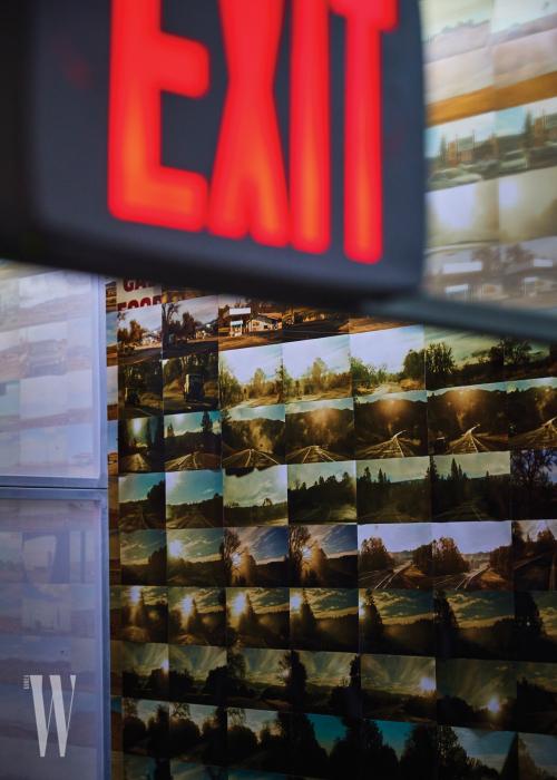 사진가 목정욱이 포착한 사진이 붙어 있는 전시장 벽.