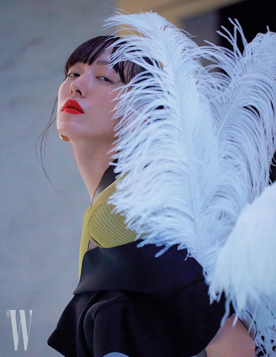 니트 톱은 Maison Margiela, 검은색 러플 톱은 Louis Vuitton, 링 귀고리는 Celine 제품.