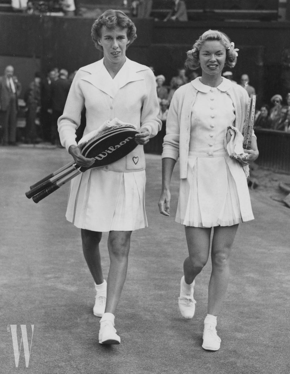 1955년 윔블던 여자 싱글 챔피언십에 출전한 베버리 베이커 플렛츠 (오른쪽)